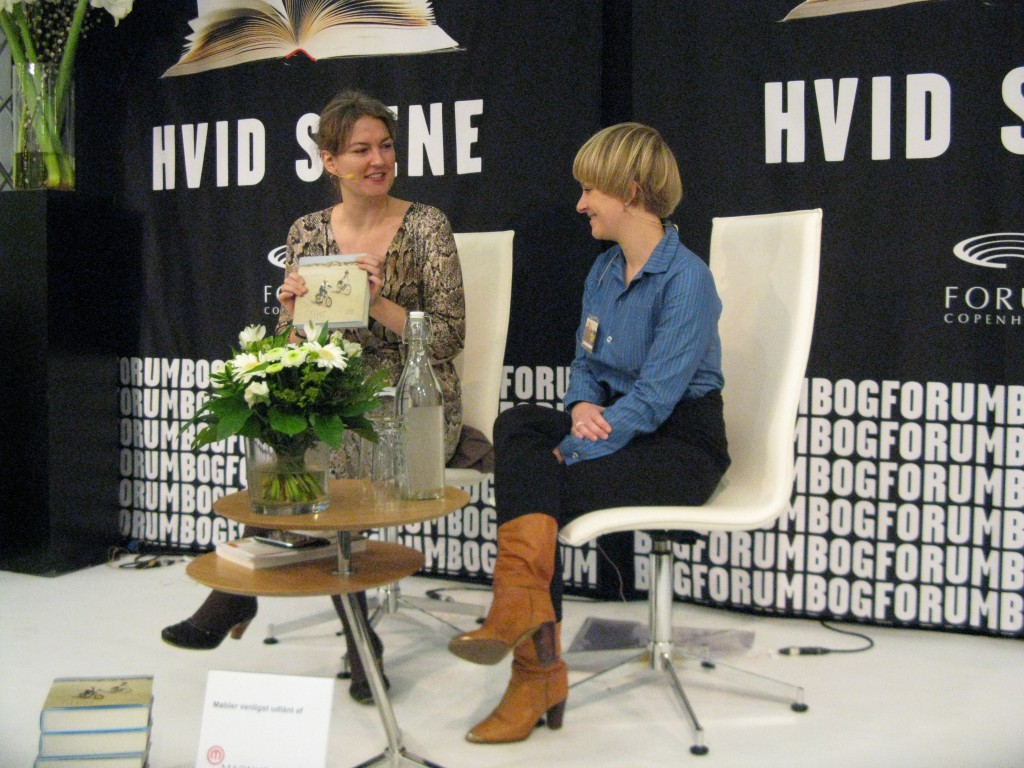 Nanna Mogensen interviewer Rikke Bakman p Bogforum 2011