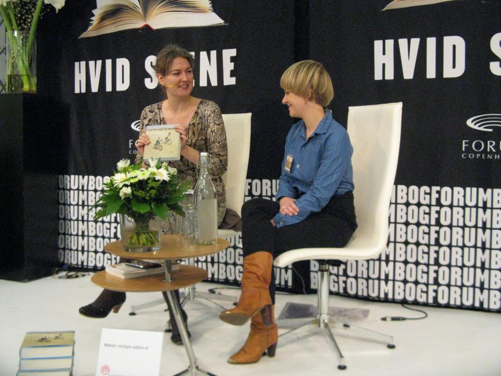 Nanna Mogensen interviewer Rikke Bakman på Bogforum 2011